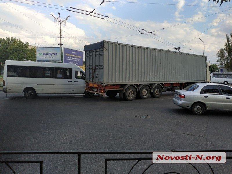 В Николаеве столкнулись фура и маршрутка