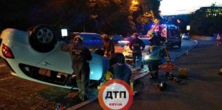 В центре Киева на Владимирском спуске перевернулось авто, есть пострадавший