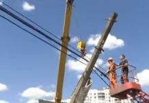 В Киеве на мосту экскаватор сбил бетонный столб