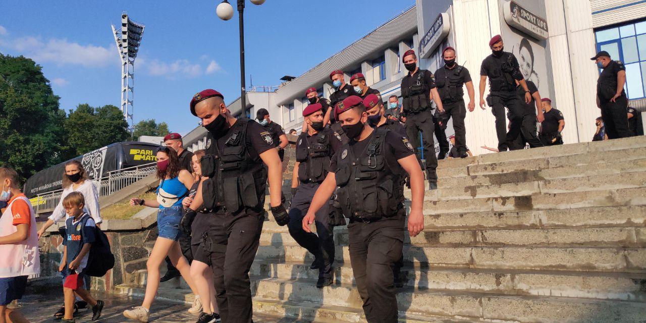 """""""Ультрас Динамо"""" прорвалися на закритий матч та палять на стадіоні фаєри"""