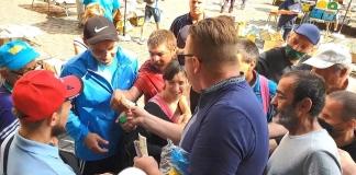 В центре Львова мужчина раздавал прохожим деньги от имени Иисуса (ВИДЕО)