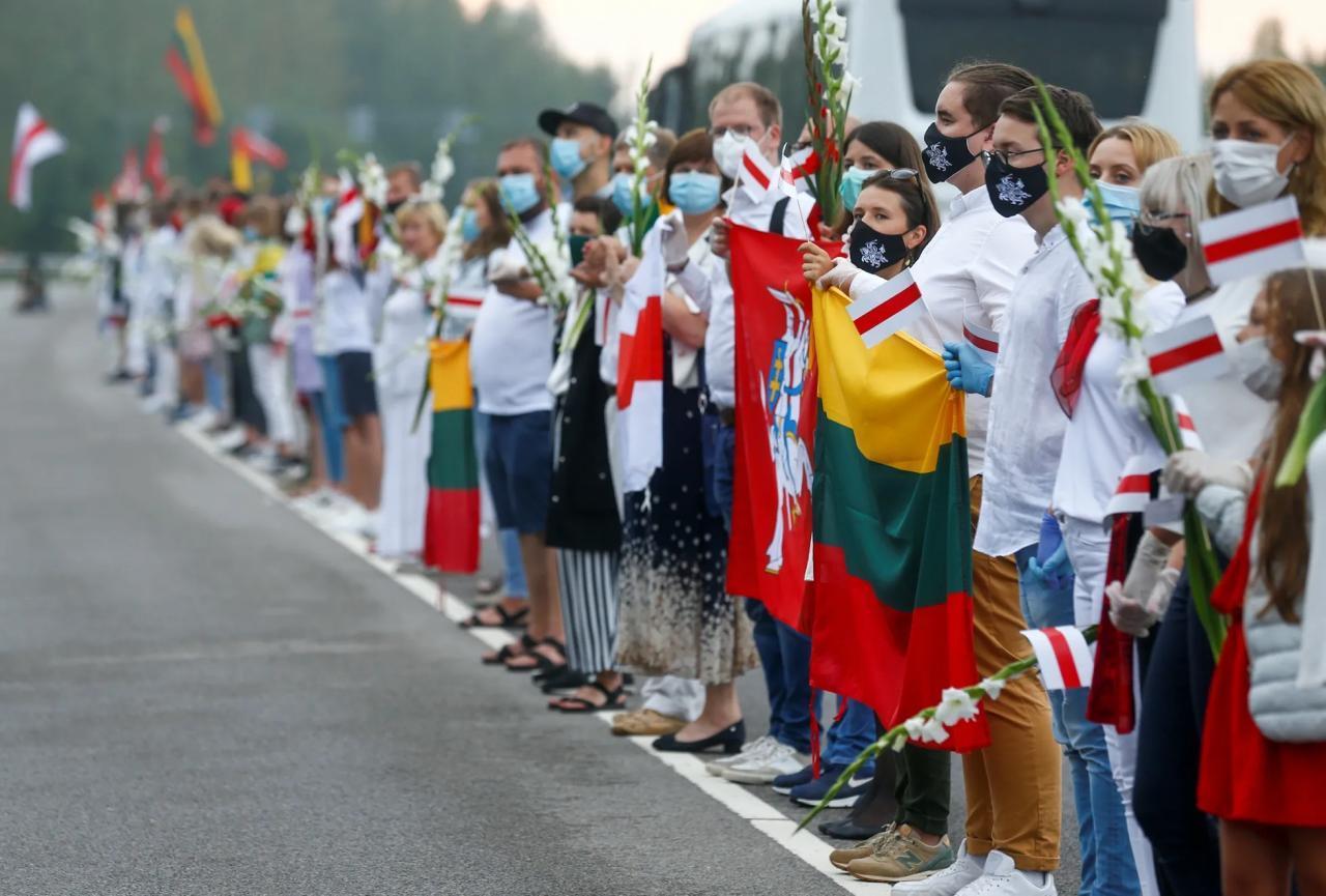 Десятки тысяч людей встали в живую цепь в Литве, чтобы поддержать протесты в Беларуси