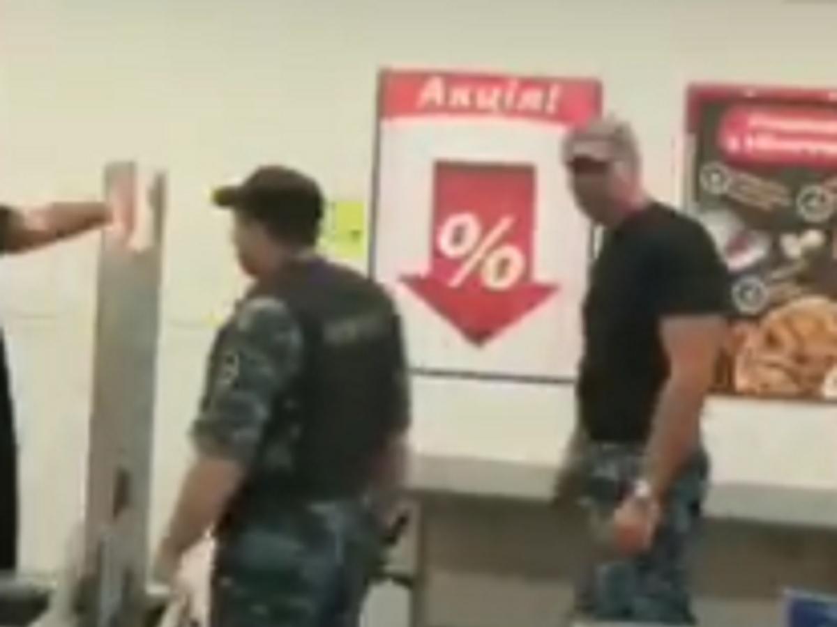 Под Днепром охранники АТБ избили дубинками посетителя без маски
