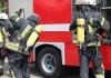 Под Киевом десятки спасателей тушат пожар в многоэтажном доме