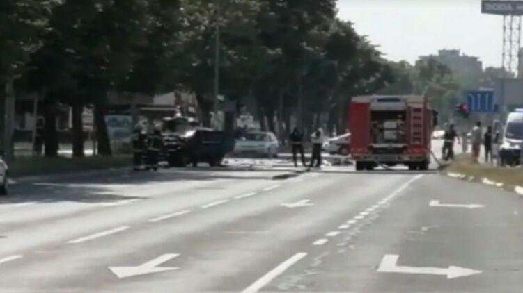 В центре Белграда во время движения взорвался внедорожник, есть пострадавшие
