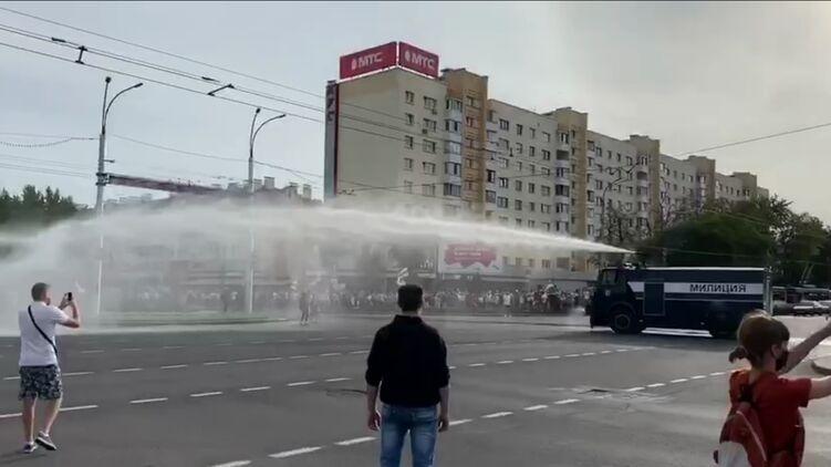 В Бресте применили водомет против митингующих на улицах (ВИДЕО)