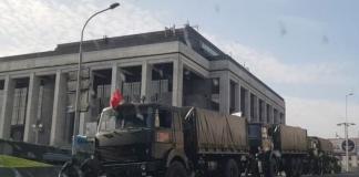 В центр Минска стягивают военную технику и бойцов ОМОНа