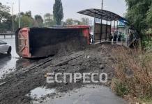 В Киеве перевернулся грузовик с черноземом, водитель погиб