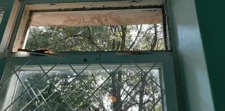 В Сумах на уроке физкультуры на учеников упало старое окно