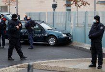 «Вы чертовы убийцы детей и стариков»: в ворота резиденции Меркель врезался автомобиль-«транспарант»