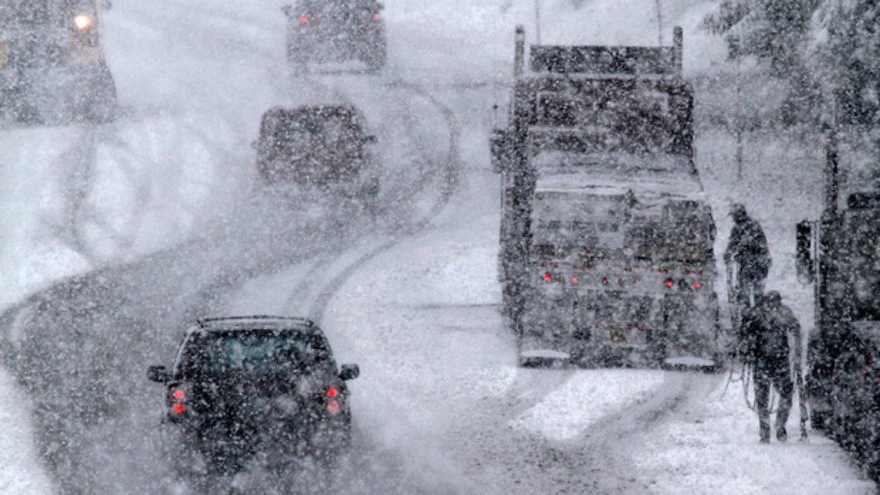 Станом на 18:00 середи в Україні через ускладнення погодних умов сталася понад тисяча дорожньо-транспортних пригод. Правоохоронці отримали 56 повідомлень про аварії з загиблими або постраждалими.
