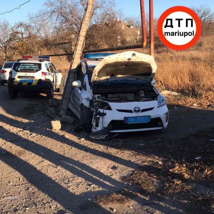 У Маріуполі авто патрульної поліції знесло електроопору