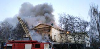 В Полтаве спасатели шестой час тушат пожар в 200-летнем историческом здании (ФОТО, ВИДЕО)