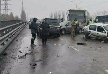 Под Киевом из-за гололеда в аварию попали сразу девять автомобилей (ФОТО)