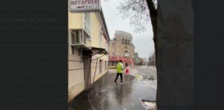В Харькове мужчина на коньках