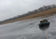 В реке под Днепром двое рыбаков провалились под лёд