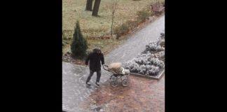 В Харькове мужчина на коньках выгуливал младенца в коляске (ВИДЕО)