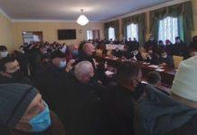 """В Житомире участники """"тарифного митинга"""" ворвались в здание облсовета (ФОТО)"""