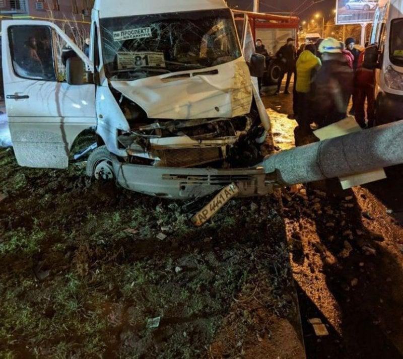 В Запорожье маршрутка на полном ходу влетела в столб, пострадали 14 человек