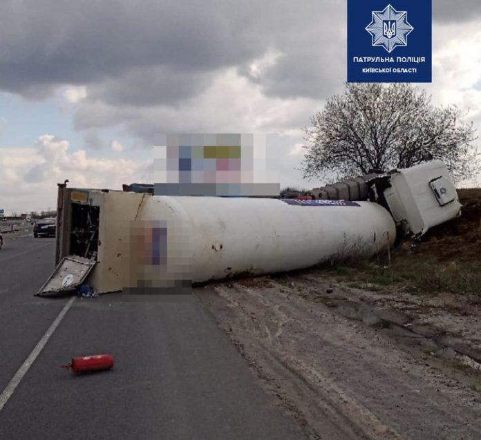 Под Киевом перевернулась автоцистерна с жидким кислородом и заблокировала часть дороги (ФОТО)