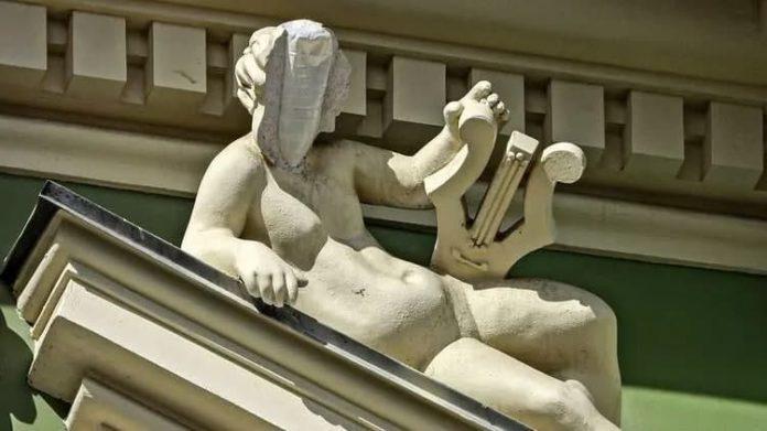 В Одессе после ремонта за 150 миллионов у статуи отпало лицо: внутри была пластиковая бутылка (ФОТО)