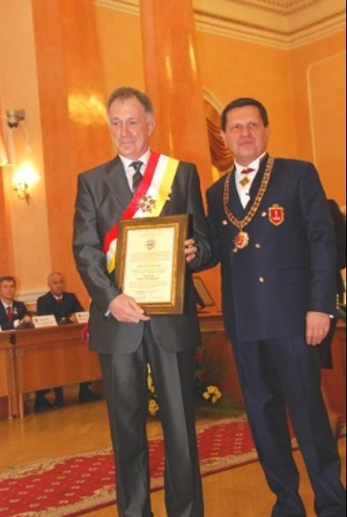Мер Одеси Олексій Костусєв вручає орден ім. Маразлі ІІ ступеня Ігорю Учителю